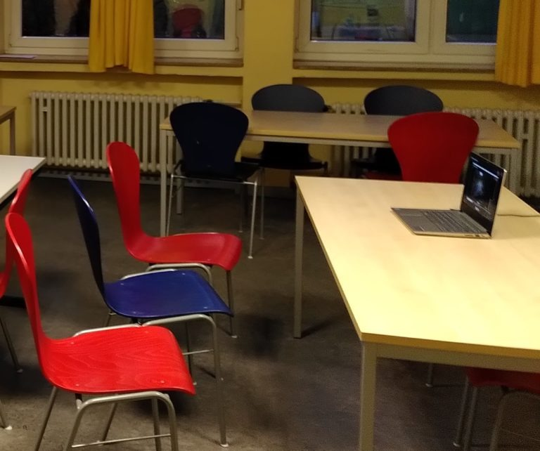 ein leeres Klassenzimmer mit Laptop